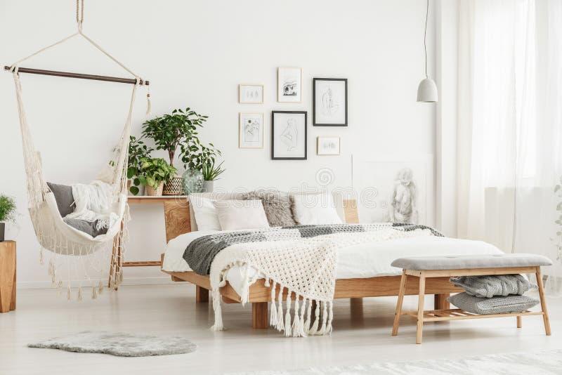 Hamaca en dormitorio brillante fotografía de archivo libre de regalías