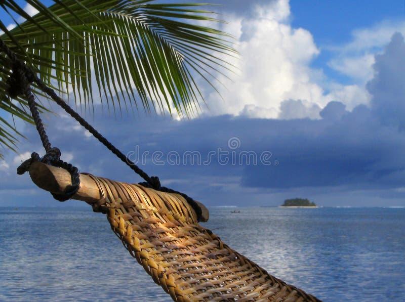 Hamaca en la playa tropical fotos de archivo
