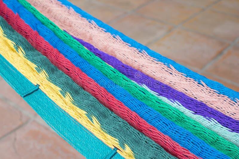 Hamaca mexicana colorida sobre suelo de baldosas imagen de archivo