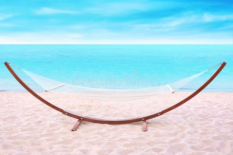 Hamaca vacía en la playa fotos de archivo libres de regalías