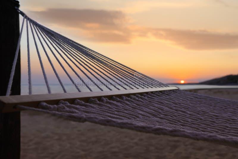 Hamaca vacía en la playa. Tiempo de relajación foto de archivo