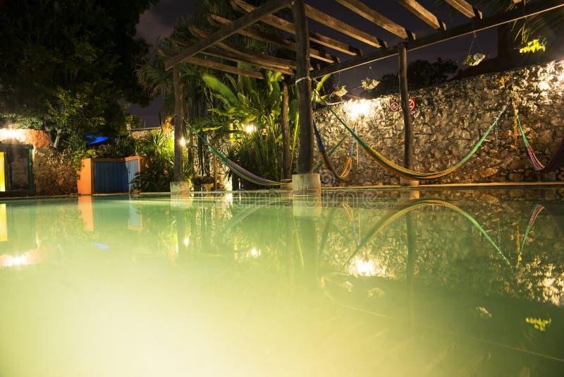 Hamacas和游泳池 库存照片