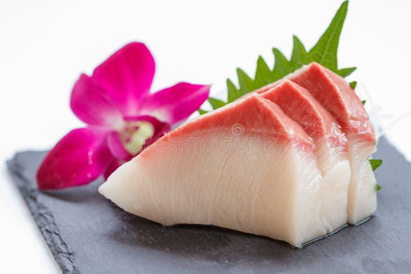Hamachi Sashimi: Pokrojona Surowa Hamachi Yellowtail ryba Słuzyć z Pokrojoną rzodkwią na kamienia talerzu zdjęcia royalty free