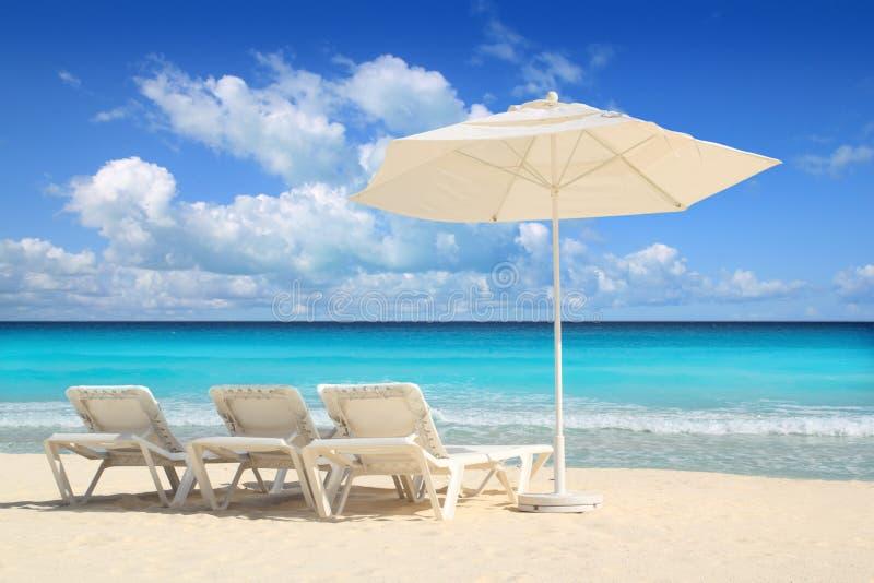 Hamacs blancs de parapluie de parasol des Caraïbes de plage image stock