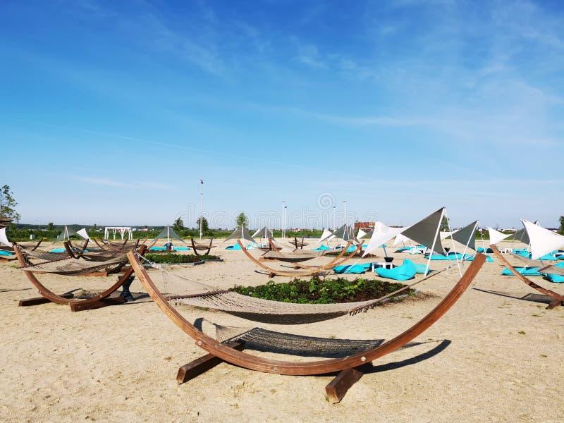 Hamacs et lits pliants sur la plage image libre de droits