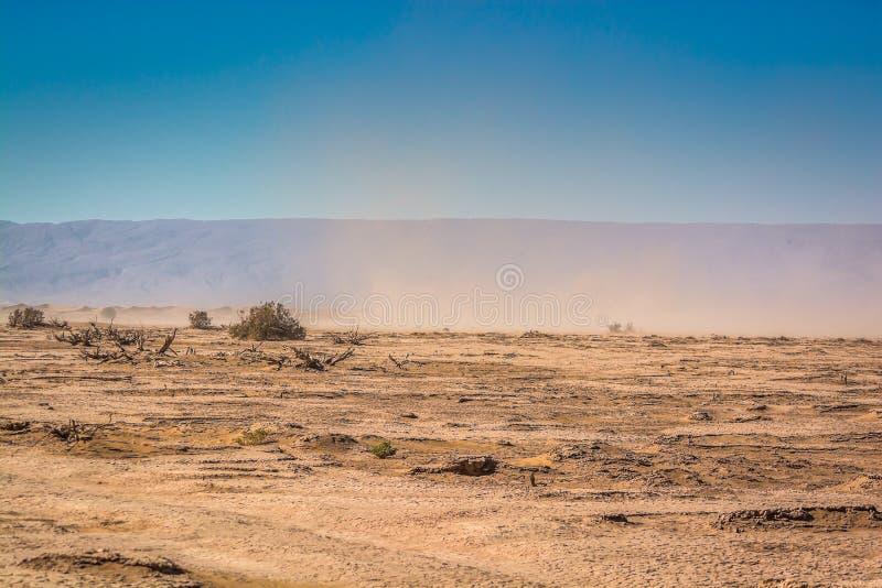Hamady pustynia w ergu Chigaga z małą burzą piaskową fotografia stock