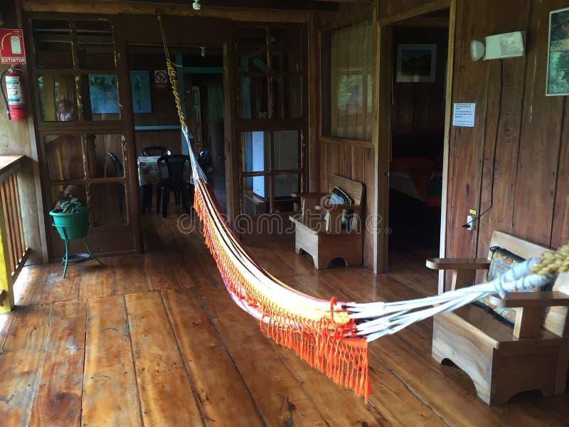 Hamaka obwieszenie po środku wielkiego drewnianego pokoju zdjęcie stock