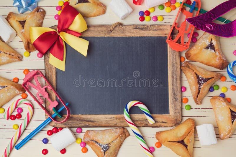 Hamantaschen曲奇饼和黑板在木白色桌上 在视图之上 向量例证