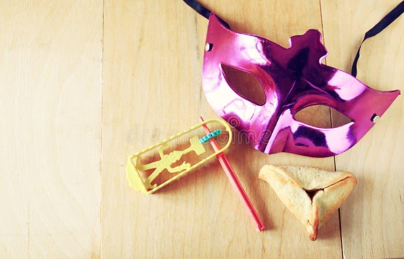 Hamantaschen曲奇饼或hamans耳朵和面具普珥节庆祝的(犹太假日) 库存照片