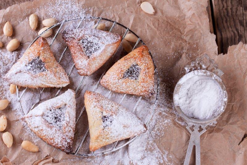 Hamantaschen-Plätzchen für Purim mit Zuckerpulver lizenzfreie stockfotografie