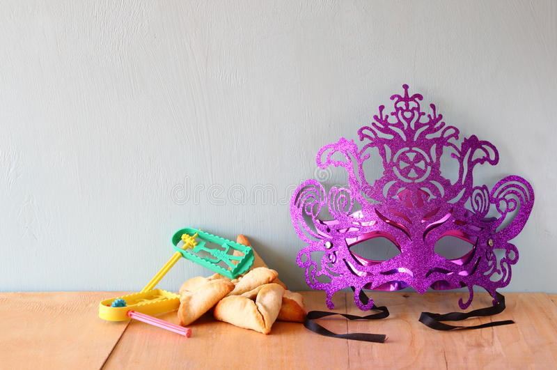 Hamantaschenkoekjes of hamans oren en masker voor Purim-viering (Joodse vakantie) stock afbeelding
