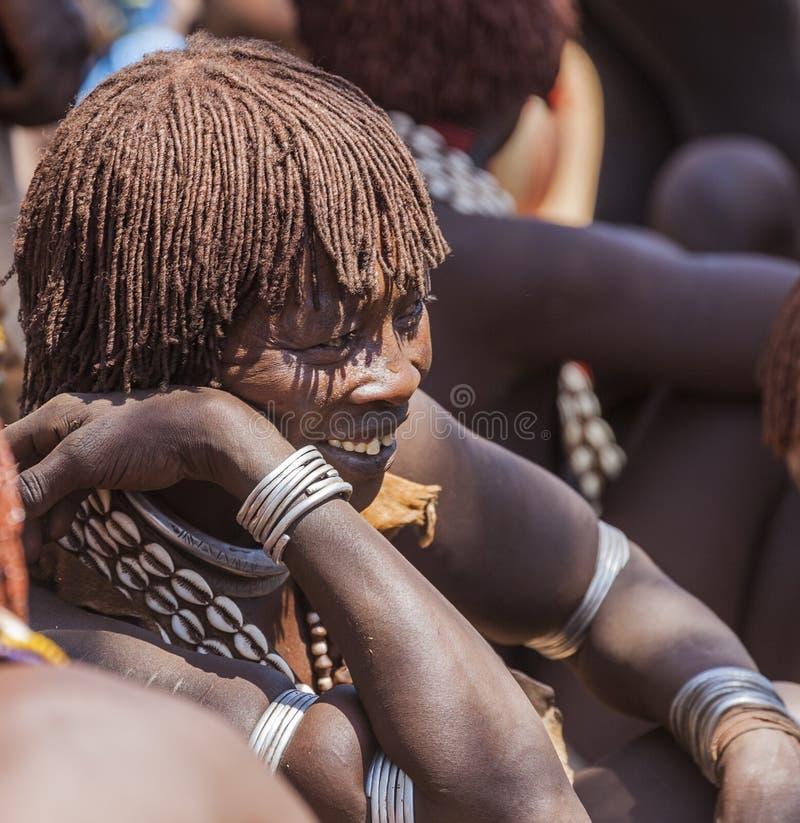 Hamar kvinna på bymarknaden Turmi fäll ned omodalen ethiopia arkivfoto