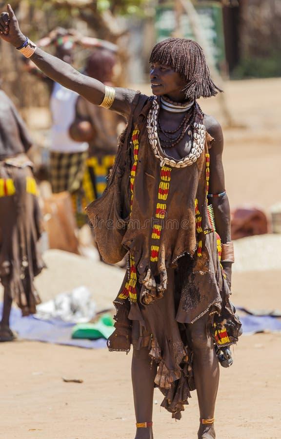Hamar kvinna på bymarknaden Turmi fäll ned omodalen ethiopia royaltyfria bilder