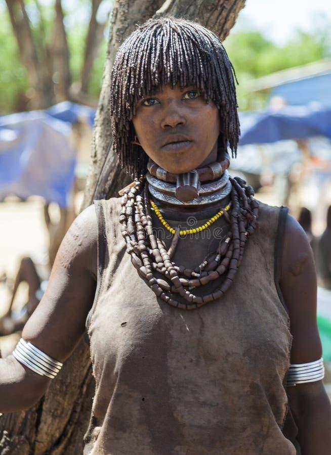 Hamar kvinnasäljare på bymarknaden Turmi fäll ned omodalen ethiopia arkivfoton