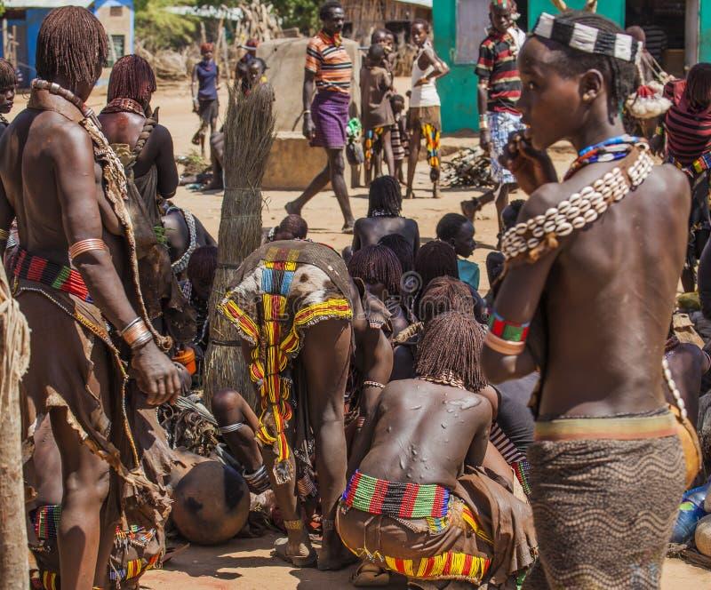 Hamar ludzie przy wioska rynkiem Turmi omo niska dolina Etiopia zdjęcie stock