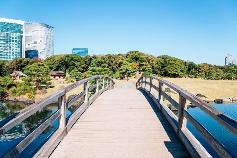 Hamarikyu fait du jardinage pont en bois et étang à Tokyo, Japon photos libres de droits