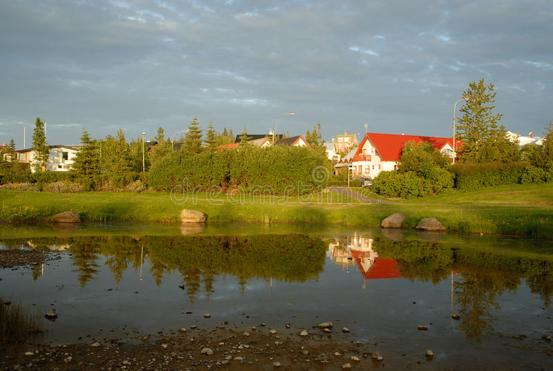 Hamarkotslaekur sjö i Hafnarfjordur, Island royaltyfri fotografi