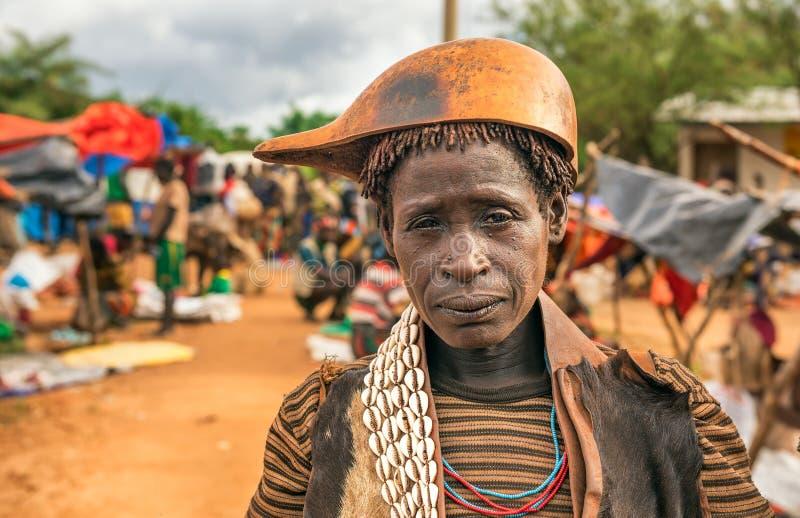 Hamarvrouw bij een lokale markt in Zuid-Ethiopië stock foto
