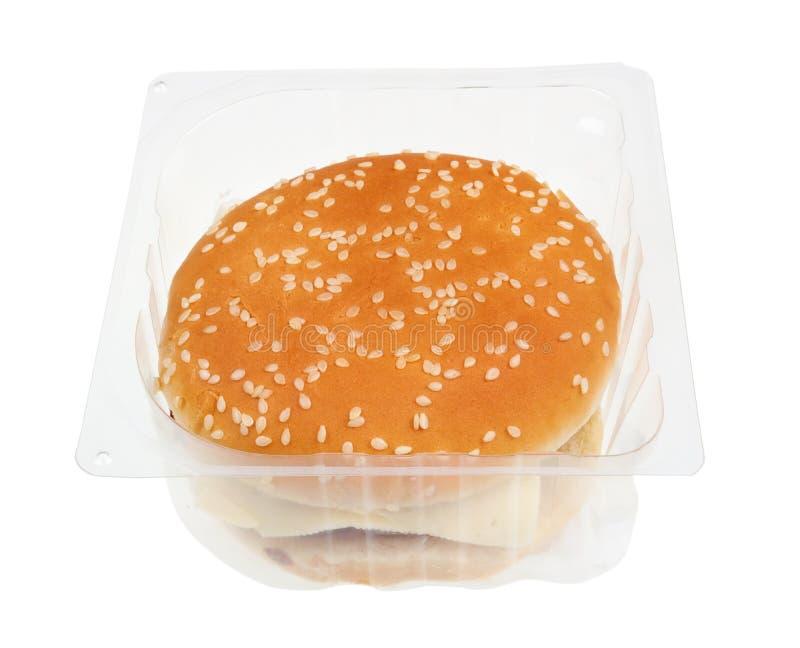 Hambúrguer barato e sem sabor, com queijo de corte e ketchup em caixa de plástico imagem de stock royalty free