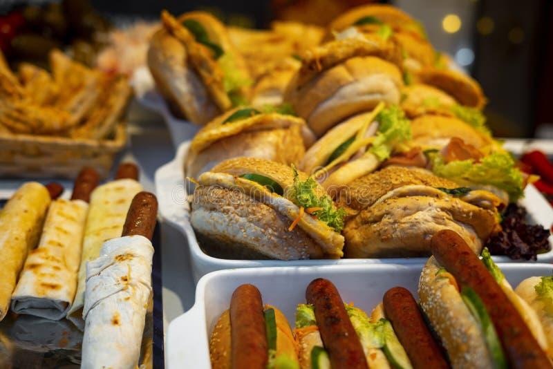 Hambúrgueres e cachorros-quentes em pratos imagem de stock royalty free