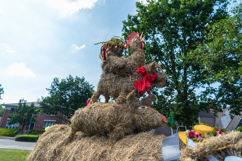 Hambergen, Germania, luglio, 19 del 2019: Vari mucchi di fieno di Samtgemeinde Hambergen impilati sopra a vicenda immagine stock