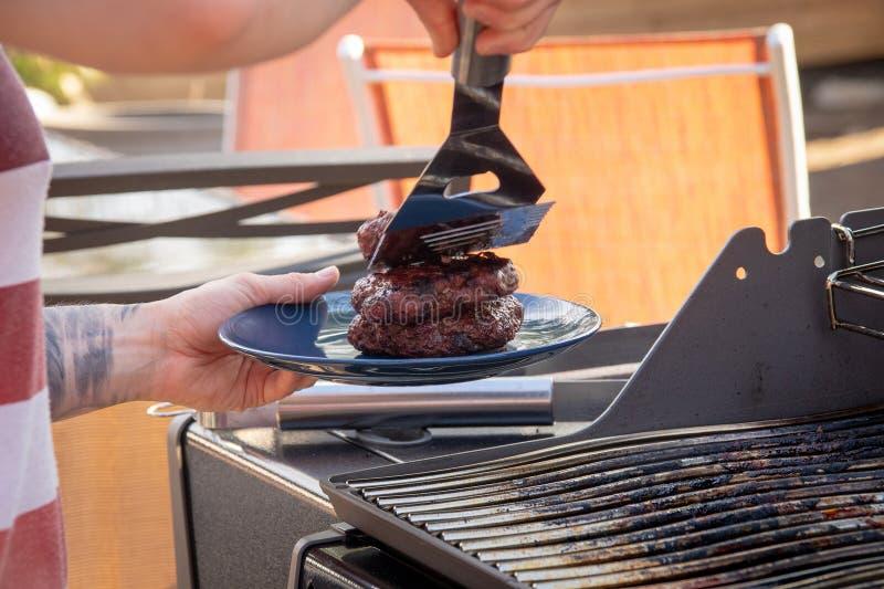 Hamberger mięso nad bbq grillem obrazy royalty free