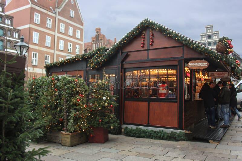 Hambourg, Allemagne - 10 12 2017 : Kiosque juste du marché de Noël Vente de vin chaud et de pain d'épice photo stock