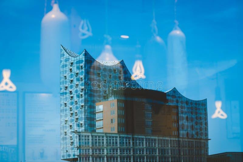 Hambourg, Allemagne - 17 mai 2018 : Elbphilharmonie, fin vers le haut de tir - le ciel bleu lumineux et le soleil lumineux s'allu photos libres de droits