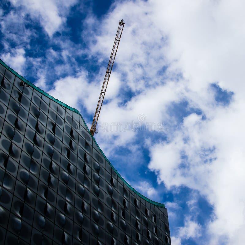 Hambourg Elbe non fini Hall philharmonique dans l'Allemagne et une grue de construction photographie stock libre de droits