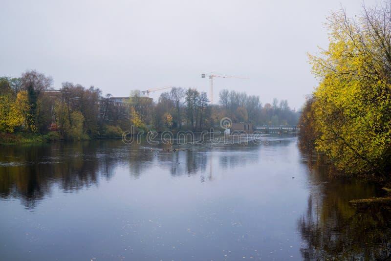 Hambourg, rivière d'Alster pendant le jour pluvieux et brumeux l'allemagne images stock