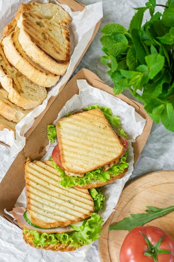 Hambrood met plantaardige salade en tomaat op een lijst en een document stock afbeeldingen