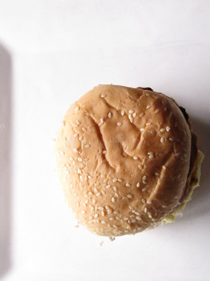 Hambuergers de poulet dans un plat blanc images stock