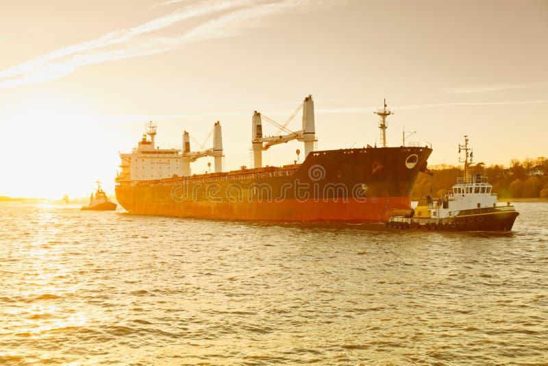 Hamburg, angstschip wordt gesleept door sleepbootboot, Elbe royalty-vrije stock afbeelding