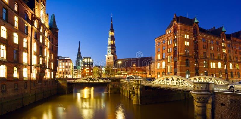 Hamburg bij nacht stock foto