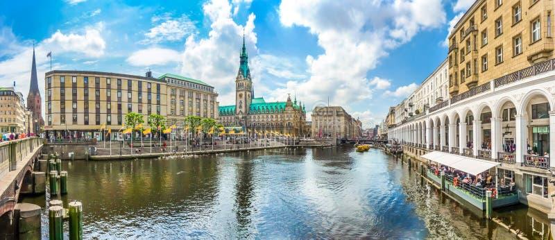 Hamburg centrum med stadshuset och den Alster floden, Tyskland royaltyfri foto