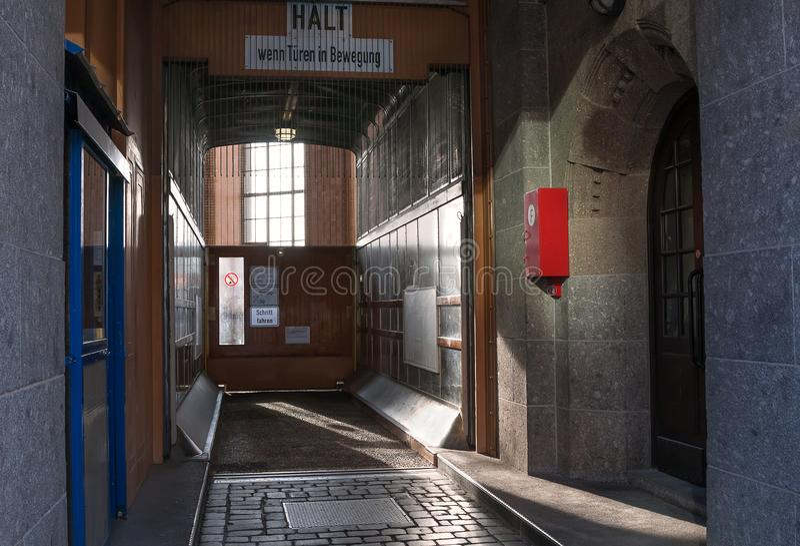 Hamburg, Deutschland Befördern Sie Aufzug für Abfall von Autos in altem Elbe-Tunnel stockbilder