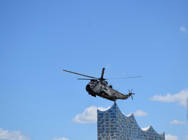 Hamburg, Deutschland: Chopper Rescue Show am St. Pauli-Landungsbrucken, Hafengeburtstag - Hafen-Jahrestags-Feier lizenzfreies stockfoto