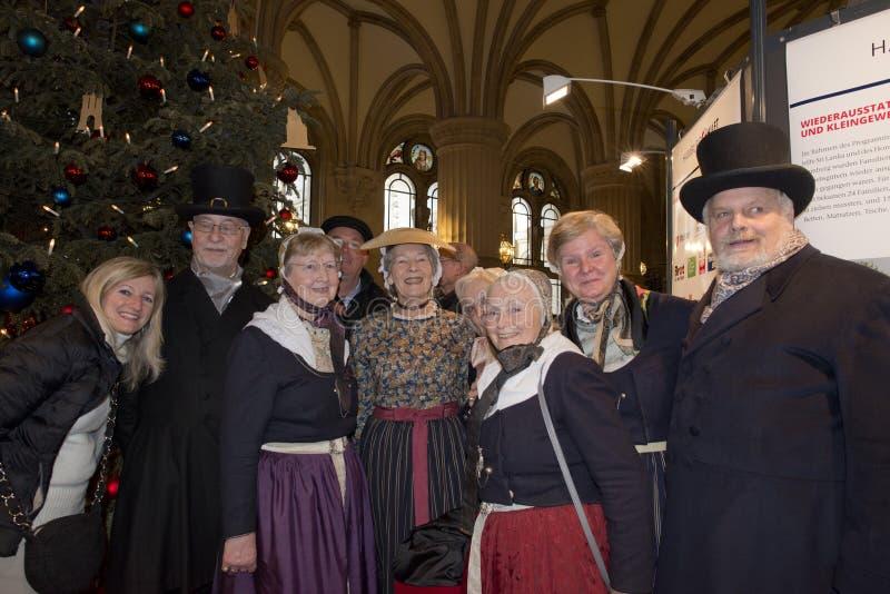 HAMBURG - DEUTSCHLAND - 1. Januar 2015 - Weihnachtsbaum und Leute, die in Rathaus singen lizenzfreies stockfoto