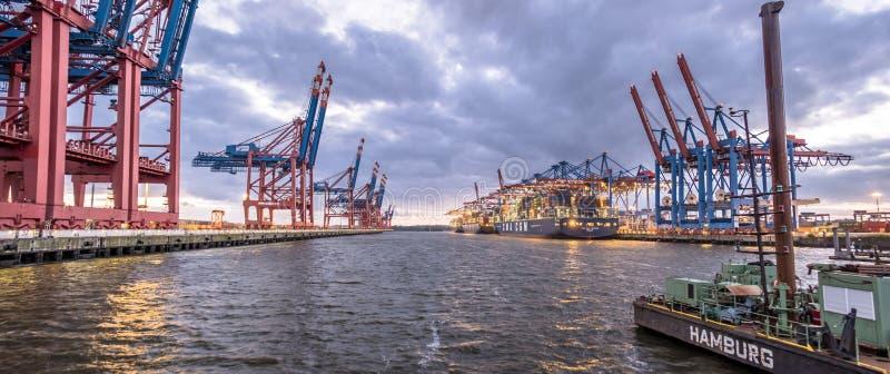 Hamburg, Deutschland - 12. Juli 2017: BehälterPortalkräne des Terminal-EUROGATE, das zur Entleerung fertig wird, versendet herein lizenzfreies stockbild