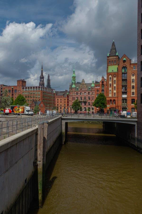HAMBURG, DEUTSCHLAND - 18. JULI 2015: der Kanal von historischen Häusern und Brücken Speicherstadt am Abend mit dem Amaising stockfotos