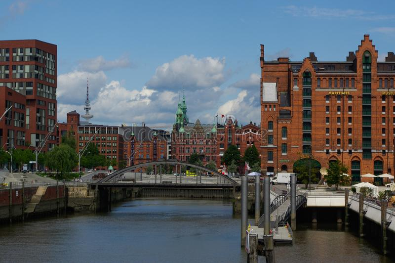 HAMBURG, DEUTSCHLAND - 18. JULI 2015: setzen Sie auf dem Kanal von historischen Häusern und Brücken Speicherstadt am Abend mit am lizenzfreies stockbild