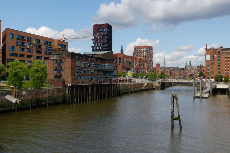 HAMBURG, DEUTSCHLAND - 18. JULI 2015: setzen Sie auf dem Kanal von historischen Häusern und Brücken Speicherstadt am Abend mit am lizenzfreie stockfotos