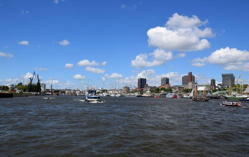 Hamburg, Duitsland: Boten bij St pauli-Landungsbrucken, Hafengeburtstag - de Viering van de Havenverjaardag stock foto