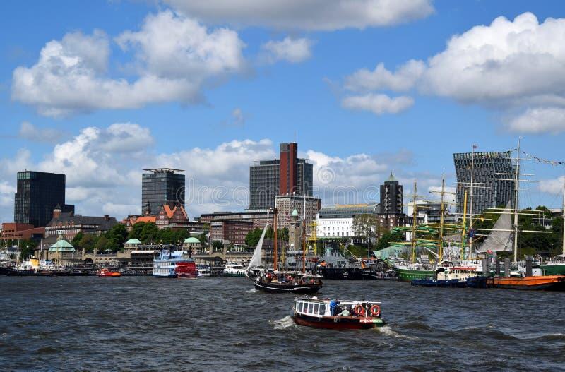 Hamburg, Duitsland: Boten bij St pauli-Landungsbrucken, Hafengeburtstag, de Viering van de Havenverjaardag royalty-vrije stock afbeelding