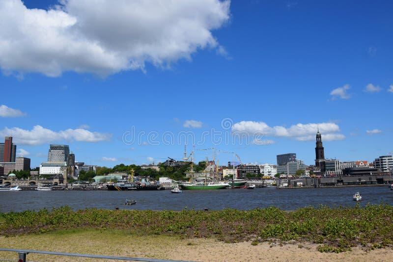 Hamburg, Duitsland: Boten bij St pauli-Landungsbrucken, Hafengeburtstag, de Viering van de Havenverjaardag stock foto