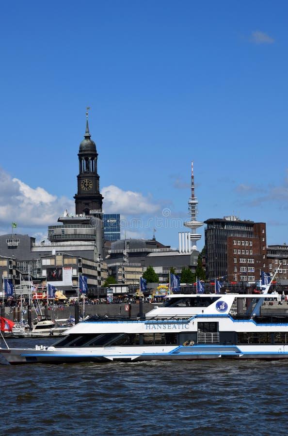 """Hamburg, Duitsland: Boten bij St pauli-Landungsbrucken, Viering van de de Havenverjaardag van Hafengeburtstag †de """" royalty-vrije stock afbeelding"""