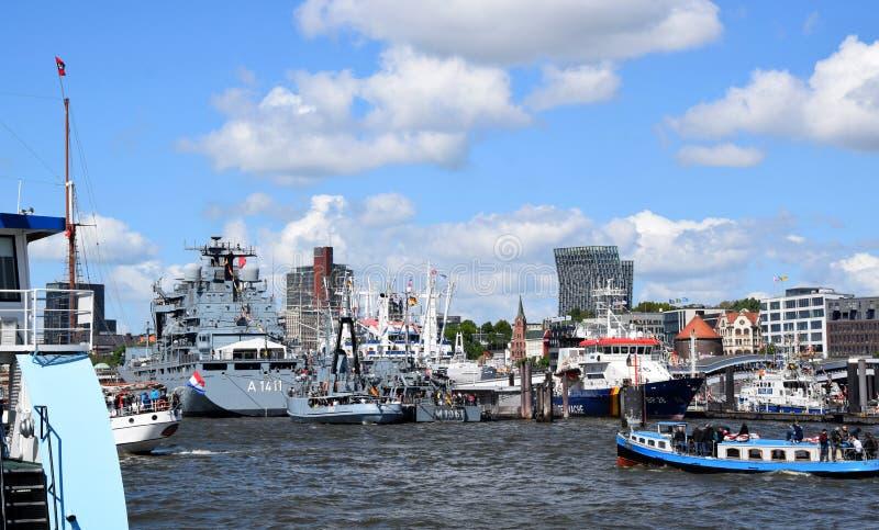 """Hamburg, Duitsland: Boten bij St pauli-Landungsbrucken, Viering van de de Havenverjaardag van Hafengeburtstag †de """" royalty-vrije stock fotografie"""