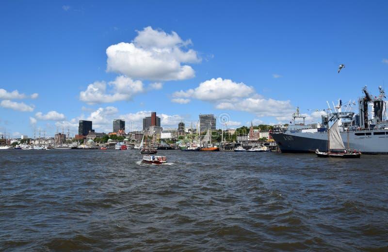 """Hamburg, Duitsland: Boten bij St pauli-Landungsbrucken, Viering van de de Havenverjaardag van Hafengeburtstag †de """" royalty-vrije stock foto's"""