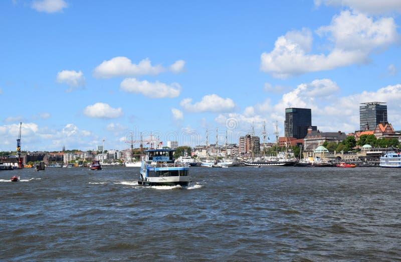 """Hamburg, Duitsland: Boten bij St pauli-Landungsbrucken, Viering van de de Havenverjaardag van Hafengeburtstag †de """" stock foto's"""