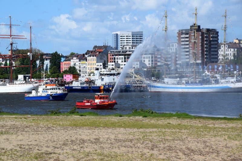 Hamburg, Duitsland: De Boot van de brandweerkorpspomp in Actie bij St pauli-Landungsbrucken, Hafengeburtstag - de Gebeurtenis van stock foto's